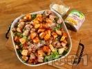 Рецепта Зелена салата с пържени пилешки хапки от бут, царевица, чери домати, крутони и сирене пармезан